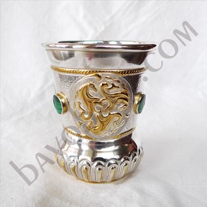 Чаша с келтски стилизирани тринакрии с коне
